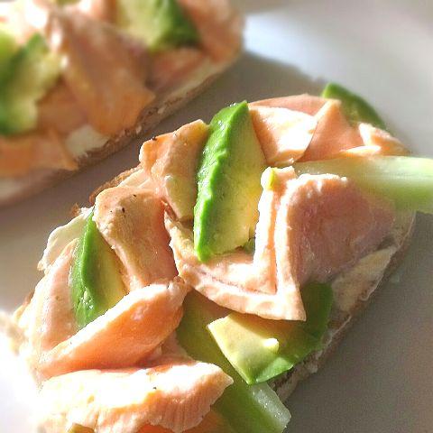 лесни сандвичи със сьомга и авокадо