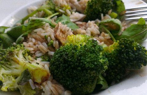броколи, ориз, балсамов оцет, рукола и пилешко
