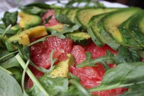 Салата от авокадо и грейпфрут с рукола