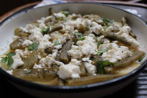 запечени картофи със зелен фасул и козе сирене