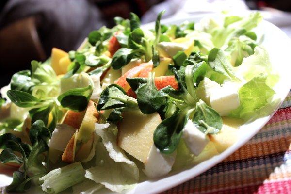 зелени салати с ябълки
